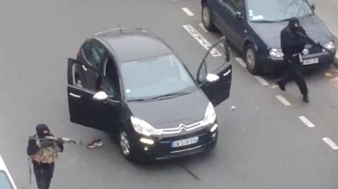 Attentat contre Charlie Hebdo: les tireurs ont abattu un policier en pleine rue (ATTENTION: IMAGES CHOQUANTES)