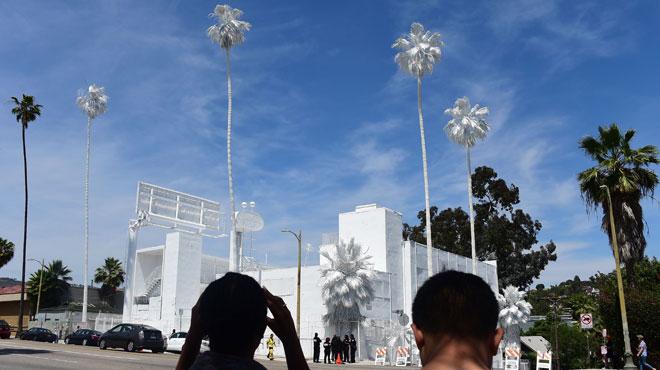 un artiste repeint un h tel ses palmiers et son herbe sur sunset boulevard los angeles ce. Black Bedroom Furniture Sets. Home Design Ideas