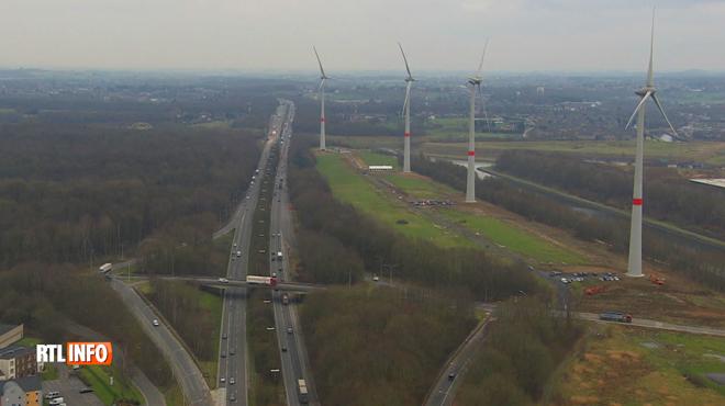 Quatre éoliennes placées juste à côté de l'autoroute à La Louvière: