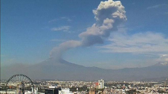 Impressionnant: le volcan Popocatepetl projette un nuage de cendres à 2.000 mètres d'altitude