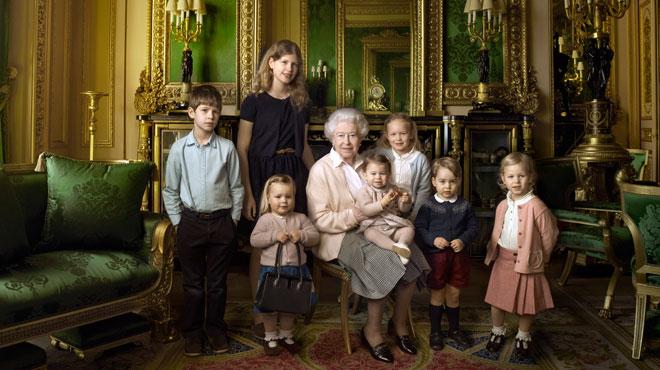 Pour son anniversaire, la Reine d'Angleterre pose fièrement avec deux de ses plus jeunes petits-enfants et tous ses arrière-petits-enfants (photo)