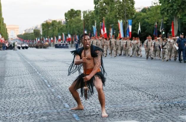 Des guerriers maoris descendent pieds nus les Champs-Elysées