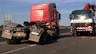 Un camion bascule sur le flanc et éparpille son chargement sur l'E19- l'autoroute fermée 3