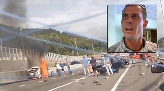 Ils sauvent une femme prise au piège dans sa voiture en feu- Il y avait beaucoup de curieux qui prenaient des photos au lieu d'aider (vidéo) 4