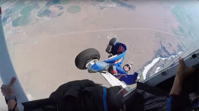 Un wingsuiter reste coincé dans le train d'atterrissage d'un avion
