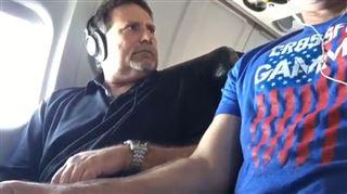 On a encore volé votre accoudoir dans l'avion? Voici une technique (risquée) pour le récupérer (vidéo) 2