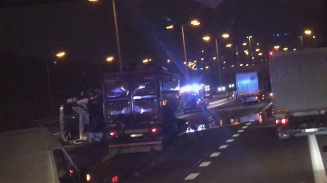 Un camion en ciseaux et plusieurs véhicules impliqués dans un accident sur la E40- c'est l'ENFER pour entrer dans Bruxelles 1