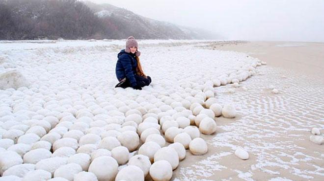 PHOTOS. D'étranges boules de neige apparaissent sur une plage en Sibérie