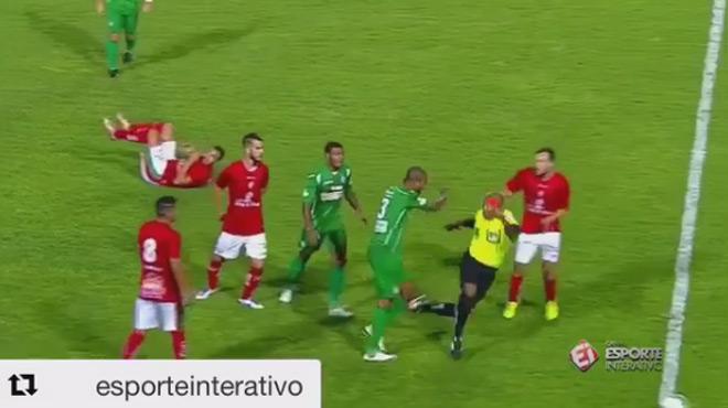 Un joueur s'attaque à l'arbitre de la rencontre — Brésil