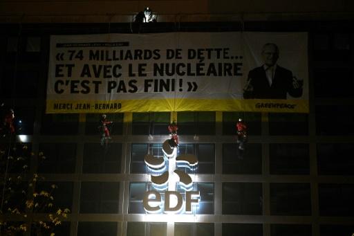 Greenpeace bloque le siège d'EDF, qui porte plainte