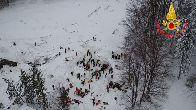 Avalanche en Italie : huit survivants, quatre morts, environ 25 personnes toujours disparues