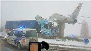 Accident étonnant entre un camion et un avion ce matin à Philippeville- Ça ne s'appellera plus le rond-point de l'avion… (photos) 3