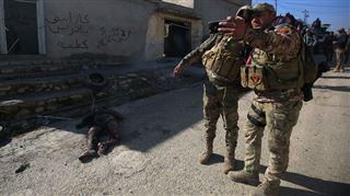Deux soldats prennent un selfie à Mossoul- les forces irakiennes se préparent à chasser l'EI de la 2ème ville du pays