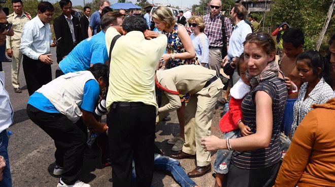 La reine Mathilde fait arrêter son convoi de l'UNICEF pour porter secours personnellement à un motard (photos)