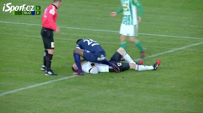Un attaquant sauve la vie du gardien adverse en plein match — Football