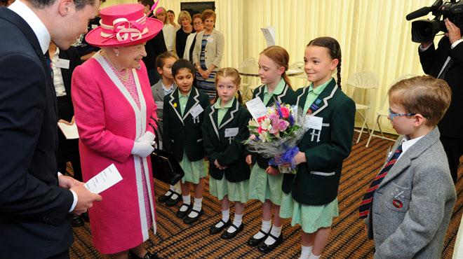 La reine d'Angleterre utilise une gestuelle SECRETE pour communiquer avec son staff lors de ses sorties officielles