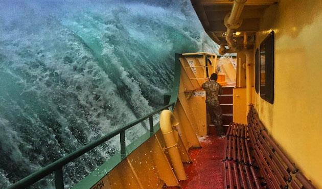 Images spectaculaires: un marin affronte la tempête sur un ferry australien (photos)