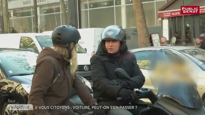 Une cycliste explique que la piste est réservée au vélo, le conducteur du scooter se moque d'elle (vidéo)