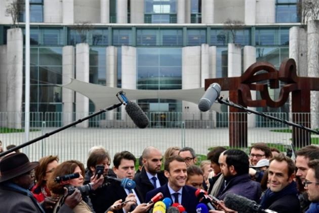 Après la visite de Macron, Fillon veut retourner voir Merkel