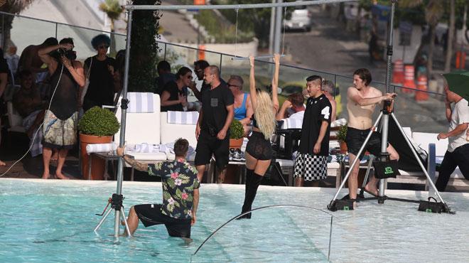 En plein shooting photos, Candice Swanepoel prend une pause pour...allaiter son bébé (photos)