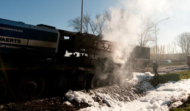 Un camion chargé de produits chimiques en feu à Zele: