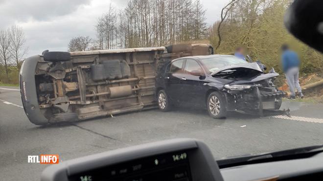 Un véhicule se retrouve sur le flanc après un accident sur la E429 à Enghien