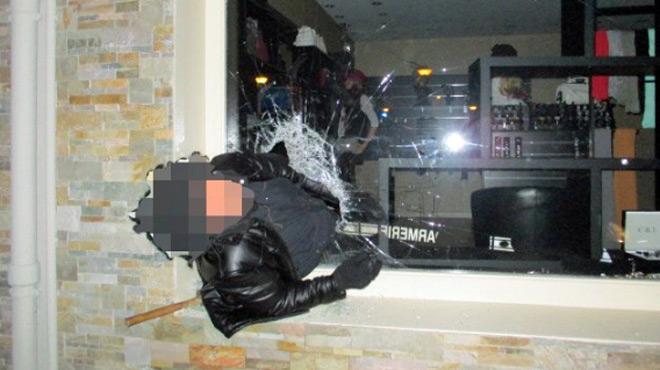 Un cambrioleur reste coincé dans la vitrine du magasin — Pyrénées-Atlantiques