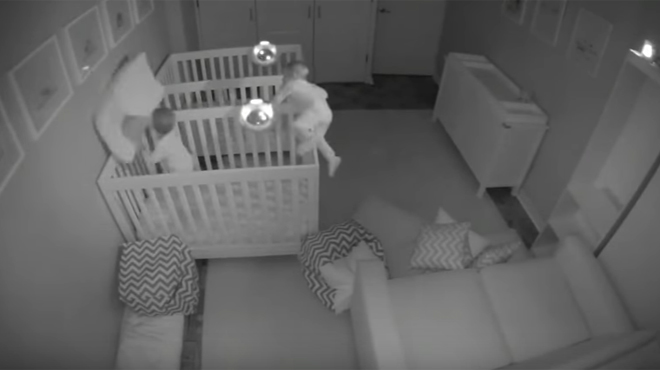 Ces jumeaux étaient censés dormir mais la caméra de télésurveillance montre tout autre chose (vidéo)