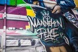 Manneken Pis se souvient des attaques terroristes dans son nouveau costume de pompier