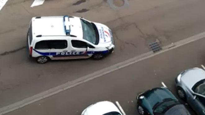 oups un policier descend de sa voiture sans mettre son frein main dans une rue en pente. Black Bedroom Furniture Sets. Home Design Ideas