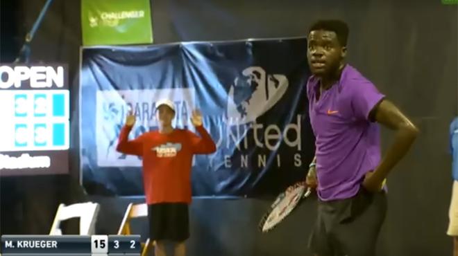 Un match de tennis interrompu par un couple en plein ébat