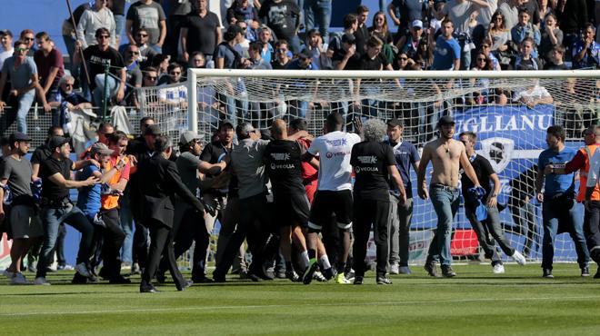Des supporters de Bastia rentrent sur la pelouse et agressent les joueurs de Lyon: le club corse sanctionné
