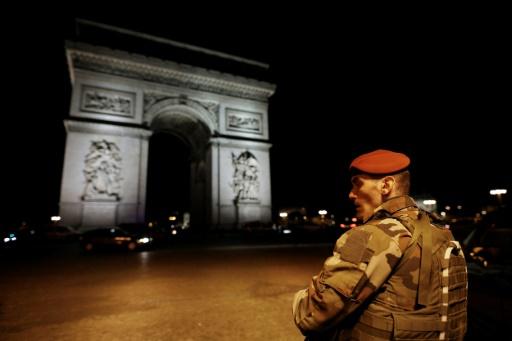 Un policier tué dans une fusillade sur les Champs-Elysées, l'agresseur abattu