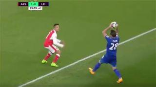 Fuchs contre Sanchez, ou la séquence qui regroupe tout ce qu'il y a de plus ridicule en foot (vidéo) 3