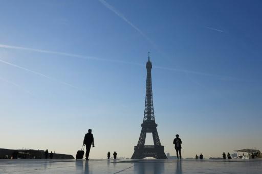 Greenpeace déploie une banderole contre le FN sur la tour Eiffel (Vidéo)