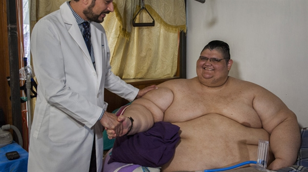 Mexique: l'homme le plus gros du monde va être opéré. Photos