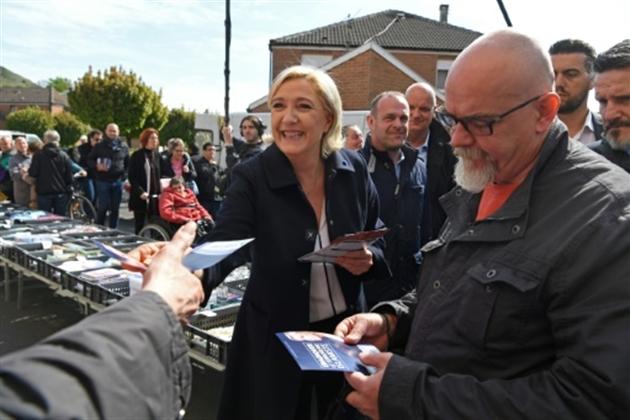 Marine Le Pen sur le marché du Rouvroy près d'Hénin-Beaumont, le 24 avril 2017- ALAIN JOCARD