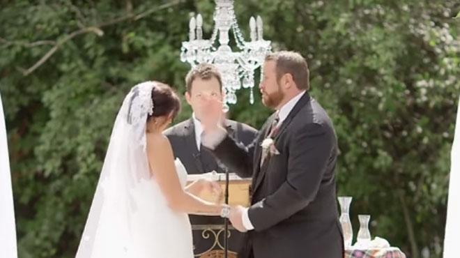 Étonnant: cet homme gifle sa fiancée en plein mariage (vidéo)