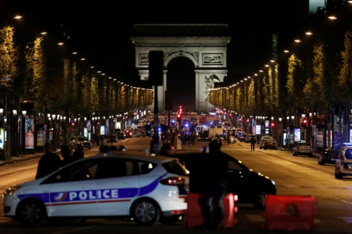 Attentat Champs-Elysées: un homme écroué