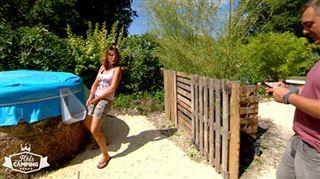 Fou rire quand Peggy et son mari découvrent l'uritonnoir du camping nature- C'est pas vrai! Il faut prendre ça en photo!