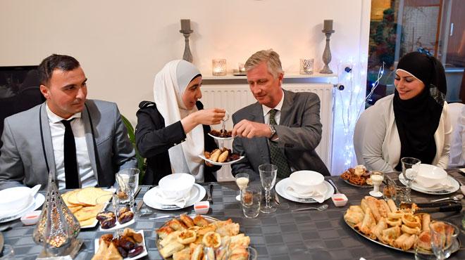 Le roi Philippe rompt le jeûne avec une famille marocaine — Belgique