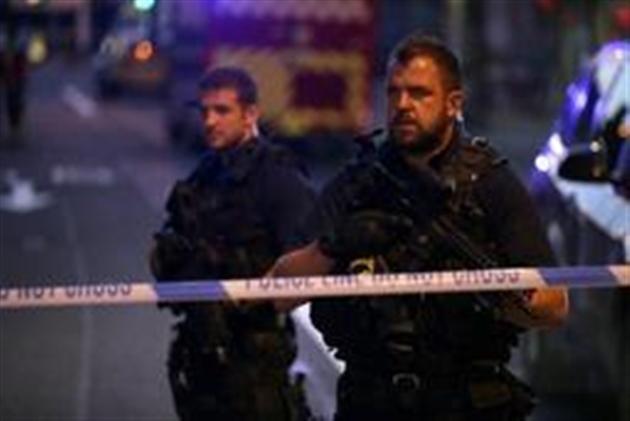 Un véhicule fauche des piétons devant une mosquée — Londres