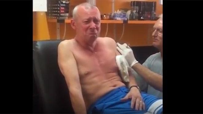 Rires, larmes, insultes: ivre, un papa se fait tatouer pour la première fois face à ses enfants (vidéo)