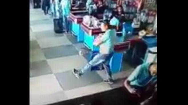 Il se sert de ses talents de footballeur au supermarché (vidéo)