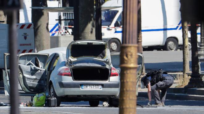 Une voiture fonce sur un fourgon de gendarmerie sur les Champs-Elysées et prend feu: un fiché S de 31 ans armé d'une Kalachnikov