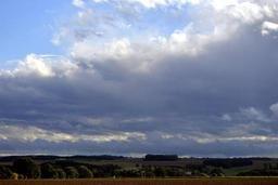 Un ciel nuageux avant des éclaircies lundi