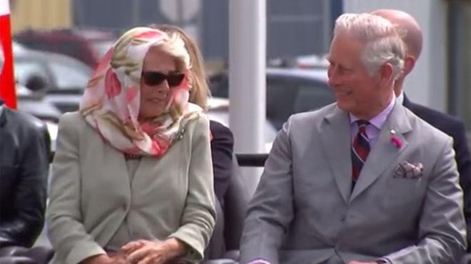 En pleine représentation officielle, Charles et Camilla ont beaucoup de mal à réprimer un fou rire (vidéo)