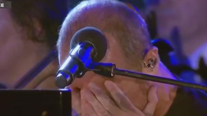Submergé par l'émotion Calogero fond en larmes pendant sa chanson en hommage aux victimes de Nice