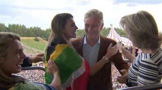 GROS MALAISE à Tomorrowland- le Roi et la Reine sont surpris par deux jeunes femmes très entreprenantes (vidéo) 3