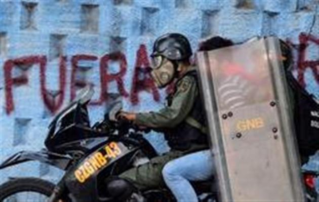 Maduro coincé entre une grève et des sanctions